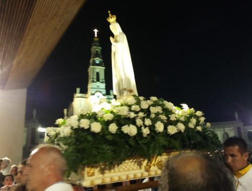 Fatima Wieczorny różaniec i procesja światła